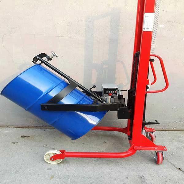 xe nâng quay đổ phuy gắn cân